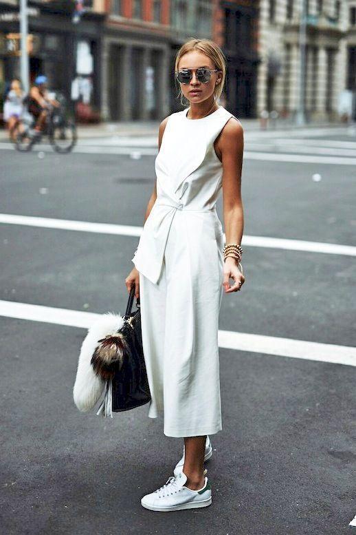 白のガウチョパンツを履いた女性