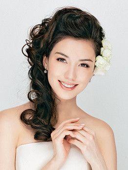 ハーフアップのフラワー×前髪ポンパドール ウェディングドレス・カラードレスに合う〜ポンパドールの花嫁衣装の髪型一覧〜