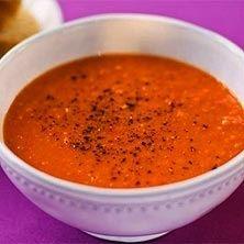 Rostad paprika ger denna soppa vacker färg och mycket god smak. Chilifrukterna bidrar med hetta.