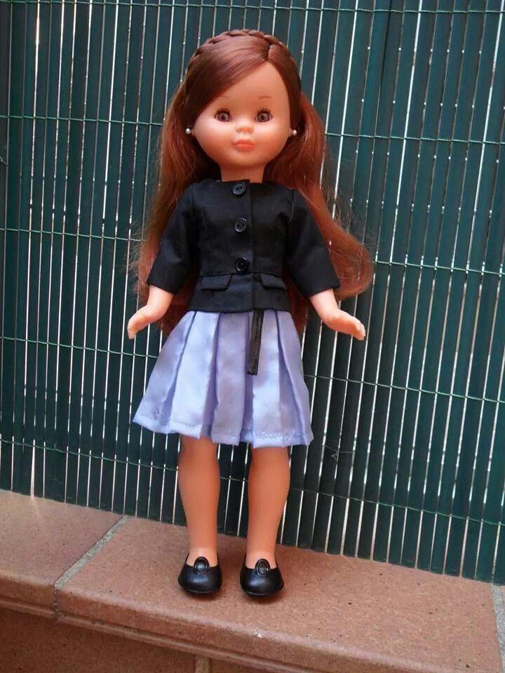 Princesa europea. Chaqueta negra y falda pliegues.