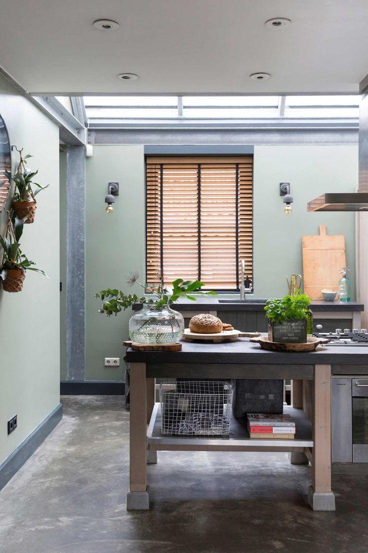 Keuken met groene muren en betonnen keukenblad   Kitchen with green walls and concrete worktop   vtwonen 10-2017   Fotografie Margriet Hoekstra   Styling Barbara Natzijl