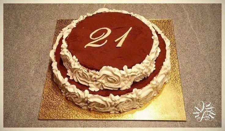 Torta di compleanno per la mia amica Elena ❤ Bavarese alla vaniglia con base di savoiardi bagnati di caffè ed in mezzo una gelatina al caffè. Decorazioni rosee con crema al mascarpone