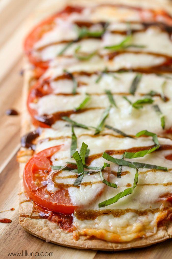 Delicious Caprese Flatbread Pizza filled with mozzarella, tomato and basil - so easy and quick and tastes just like the recipe at Disney World!! YUM! { lilluna.com }