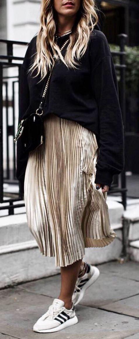 schöne Winter Outfit_Black Sweatshirt goldene Midirock Turnschuhe