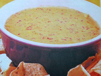 Сырный соус Чили кон кесо,  к мясу, птице, овощам, блюдам из фарша. Ингредиенты:  сыр чеддер – 150 г,  помидор – 1 шт., молоко – 1/2 стакана + 2 ст. ложки, перец чили – 1 шт., чеснок – 1 зубок, масло растительное – 1 ст. ложка,  крахмал кукурузный – 3/4 ч. ложки.