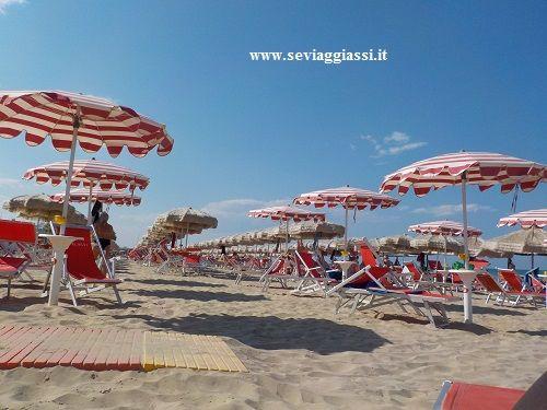 fila di #ombrelloni a #silvimarina  #abruzzo  #mare  #vacanze  #spiaggia