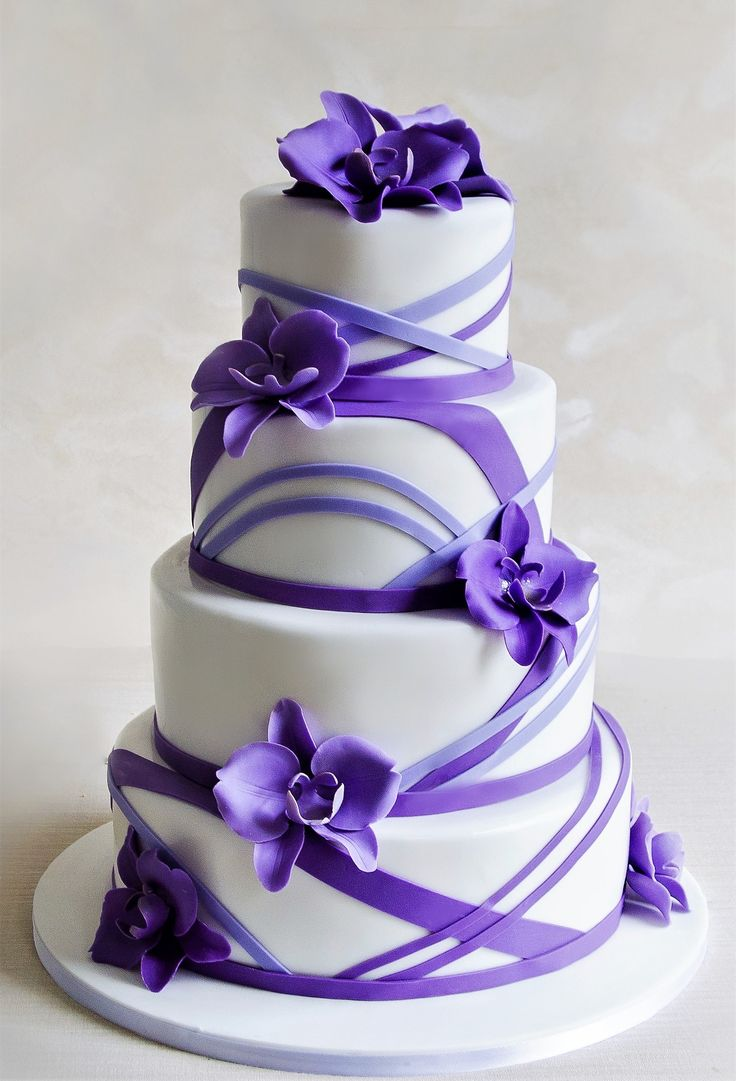 Delicatetea acestui tort de nunta este oferita de puritatea orhideelor, flori sensibile, superbe, realizate manual si colorate in nuante de mov si lila.