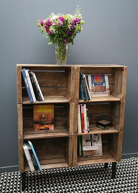 Une meuble avec des caisses en bois.