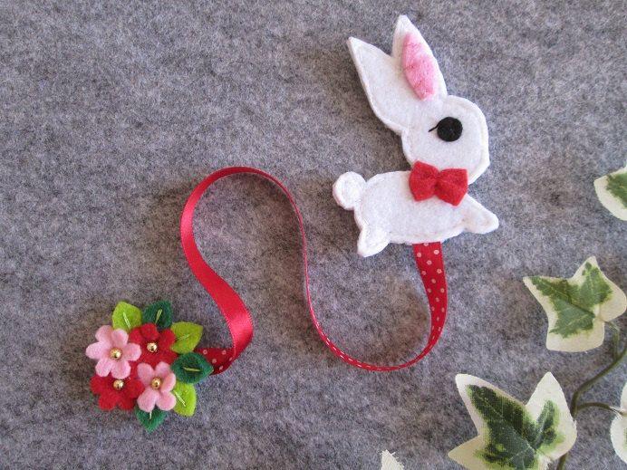 Segnalibro con Bianconiglio e fiori; Segnalibro in feltro; Regalo per lettori…