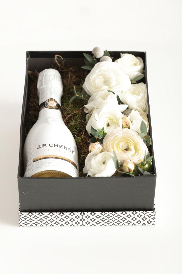 Podaruj ukochanej wyjątkowy Flower Gift  Zapraszam do składania zamówień  tel 728 543 940  #valentines #day #coming #kwiaciarniaszczecin #szczecin #flowergfits #flowerbox #gifts #anemony #ranunculus #walentynki #radnak #walentynkiszczecin #prezent