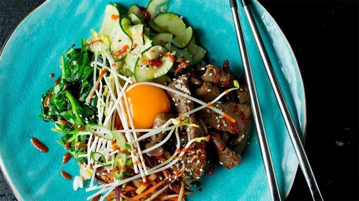 Bibimbap er koreanernes variant av pytt i panne. Her er det risen som er i sentrum, og da gjerne resteris, også fyller man på med grønnsaker og kjøtt, varmt eller kaldt. Alt tilberedes hver for seg, legges pent og ryddig på tallerkenen (eller i en bolle) og toppes gjerne med en eggeplomme eller et speilegg. Det er opp til mottakeren å krydre med en passende mengde chilisaus før alt blandes sammen og nytes. Tips: Rå eggeplomme kan erstattes med speilegg. Dett er en perfekt måte å få brukt ...