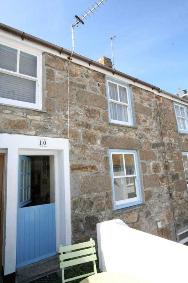 St Ives Holidays | 1 Bedroom Holiday Accommodation in St Ives Cornwall | Sleeps 2 | 10 Fish Street, Downalong