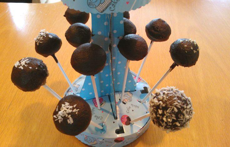 voordeel van een moeder die bakmixen uitwerkt: ze moeten telkens geproefd worden! Dus hadden de kids de nieuwe cakemix uitgeprobeerd in de popcake-maker. En dan versieren met de chocolade couverture. Het was een succes!