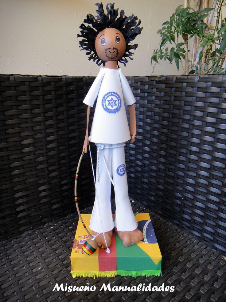 Fofucha capoeira con birimbao. Lleva el pelo rasta, pantalón y camiseta blancos con el logo del grupo cultural con sede en Sitges.  www.misuenyo.com / www.misuenyo.es