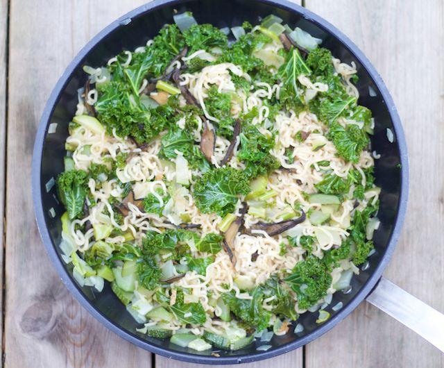 Yakisoba with kale, zuccini and mushrooms, i.e. japanese noodles. Lehtikaali-sieni yakisoba, eli japanilaiset nuudelit.