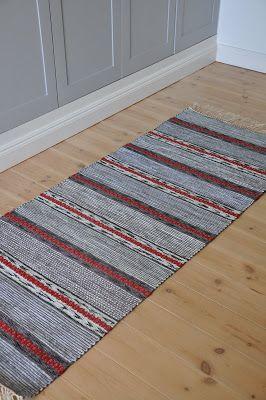 . . Jag fick i våras uppdraget att väva en matta som skulle ligga på ett sofflock. Så här blev det. Det är alltid så roligt att se alstr...