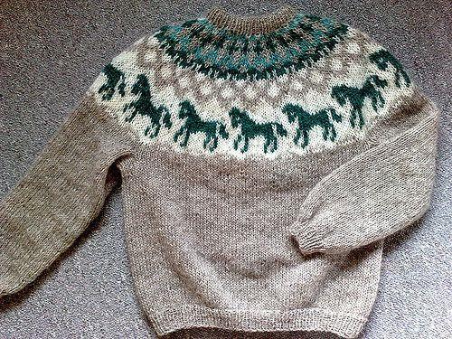 Dejlig sweater i 100 % islandsk uld i 3 farver til de hesteglade. Den har et smukt bærestykke med heste, som strikkes efter diagram. Her på pinde 3½ og 5. Læs mere ...