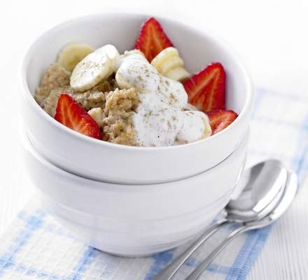 Cinnamon porridge with banana & berries