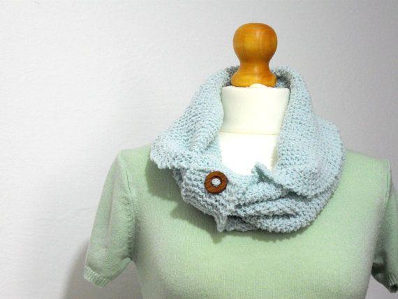 sciarpa ad anello menta con bottone in legno di IlmondodiTabitha, €31.00