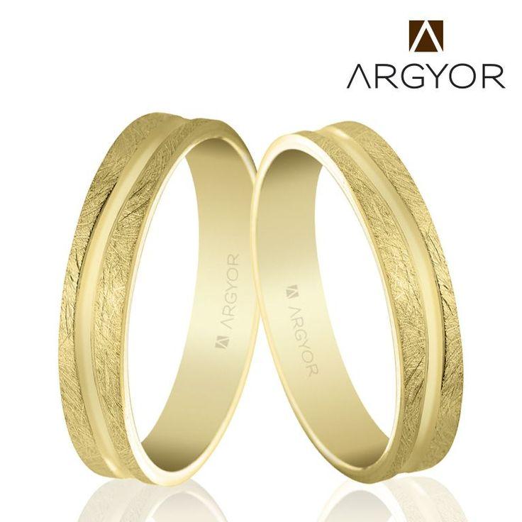 Alianzas originales de boda con anchura 4 mm, superficie de efecto hielo y línea curva rebajada en acabado brillo. #alianças #alianzas