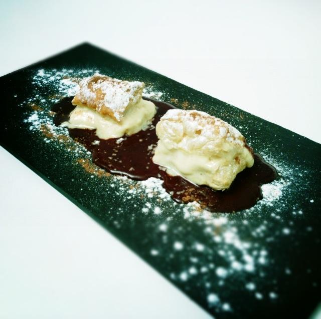 Milhojas de hojaldre Crema Pastelera y Chocolate caliente.  www.restaurantecasalucio.com