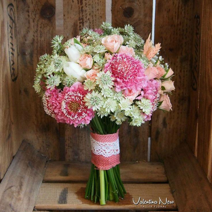 Ramo de novia con flores frescas en tonos rosados y verdes.