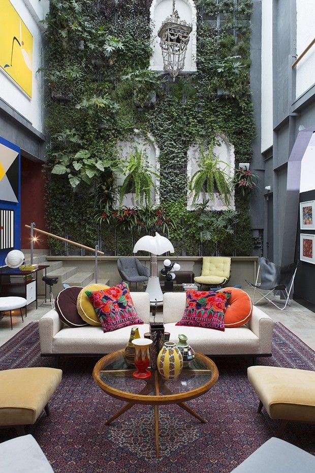 """O estilo de um casal, por Ana e Jorge Kaufmann, para Studio Kaufmann - Mostra """"Modernos & Eternos"""" em SP Linda parede verde!!!"""