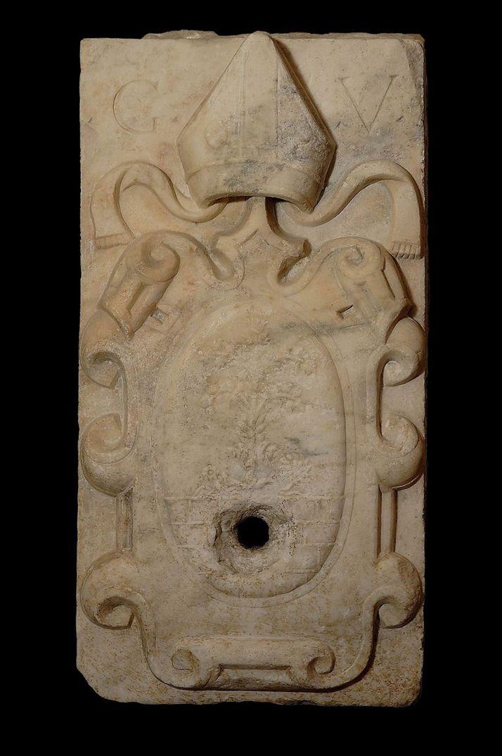 Ορθογώνια πλάκα με ανάγλυφο οικόσημο του επισκόπου Gaspare Viviani. Μάρμαρο. 1556-1579