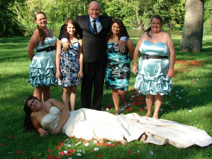A wedding photo in need of a re-shuffle. (submitted by Bre)Grass Stainson, Family Photos, Funny, Awkward Families Photos, Wedding Photos, Awkward Photos, Bad Families Photos, Awkwardfunni Photos, The Brides