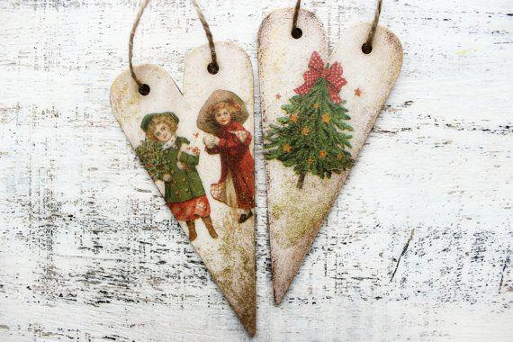 Conjunto de 2 corazones de madera para utilizarlos como ornamentos de la Navidad o la decoración de Navidad en estilo vintage. Están hechos para ser viejo y cutre y lo ven. Hay 4 diferentes Navidad estilo vintage fotos, 1 en cada lado tof el corazón. Hay algunos glitter y pintura de color oro también.  Precio es por el set de 2 corazones.  Corazones son de madera, color con acrílico de colores, decoupaged y barnizado. Cada corazón es decoupaged en ambos lados, barnizados y también hay algún…