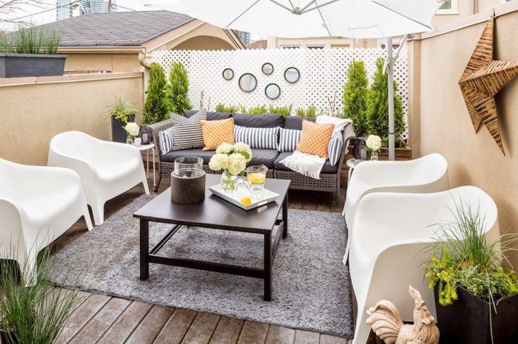 idées déco terrasse - mobilier en résine et en blanc, tapis extérieur gris, brise-vue treillis blanc et compositions de plantes vertes