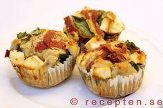 Matmuffins med salami - Recept p� goda matmuffins med fetaost, salami, soltorkade tomater och f�rsk basilika. Bilder steg f�r steg.