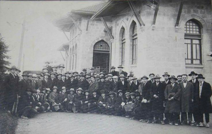 I.TBMM Binası önünde Hukuk Mektebi birinci sınıf öğrencileri, 1926