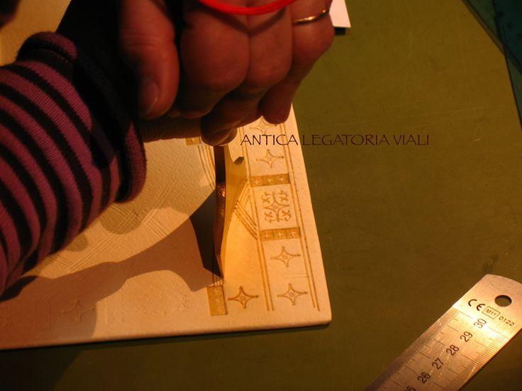 Il disegno è trasferito sulla pelle di maiale presa da www.feinleder-hoffmann.com e comincio a incidere la pelle.  #legatoria #legatoriaviali #viterbo #rilegature #bookbinding #bookbinder #rilegatura #artesan #artigianato #artigiano #italie #italia #rilegare #libri #books #artigianatoartistico #rilegatore #igersitalia #igersviterbo #tuscia #montaigne #saggi #libro #incisione #punzoni #fattoamano #handmade