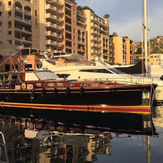 #Fontvieille #PortDeFontvielle #Monaco #OlegGoncharenkoSailingSchool Порт Фонтвиель начали застраивать в начале 1970-х. Не самое дорогое место в Монако. Однако, небольшая студия 32 м ² с 1 ванной, 1 подвалом, и 1 местом автомобильной парковки, могут стоить 990 000€ (приблизительно 1 277 914$). by og_sailingschool from #Mo