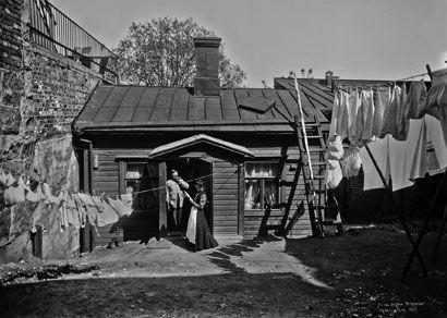 Kuvassa ollaan Kristianinkatu 15:n pihalla vuonna 1907. (HELSINGIN KAUPUNGINMUSEO/SIGNE BRANDER)