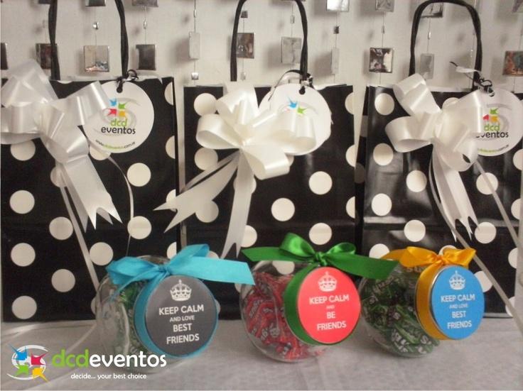 Carameleras con contenido dulce personalizadas con tarjeta para el día del amigo. Organización: www.dcdeventos.com.ar