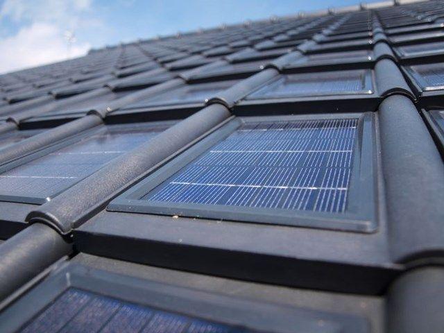 Met dakpannen met geïntegreerde zonnepanelen behoud je de traditionele look van een pannen- of leien dak.