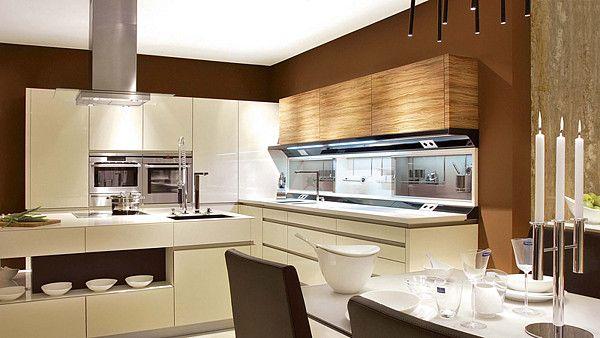 Kuchyně LUXURY, v tomto případě s dispozicí do písmene L s ostrůvkem, propojená s jídelnou a obývákem. Akrylátová dvířka v barvě alabastr do...