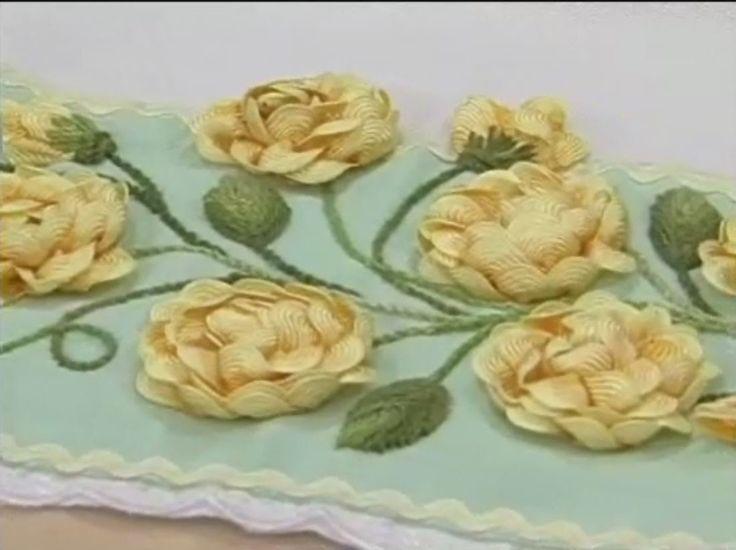 Розы из отделочной тесьмы