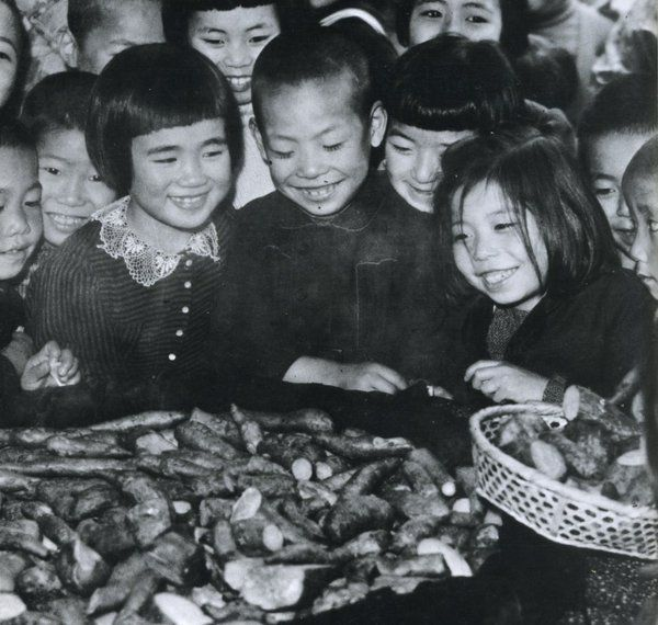 Children happy at distribution of potatoes. 1946. 昭和21年、芋の配給に喜ぶ子供たち。戦前~戦後のレトロ写真(@oldpicture1900)さん | Twitter