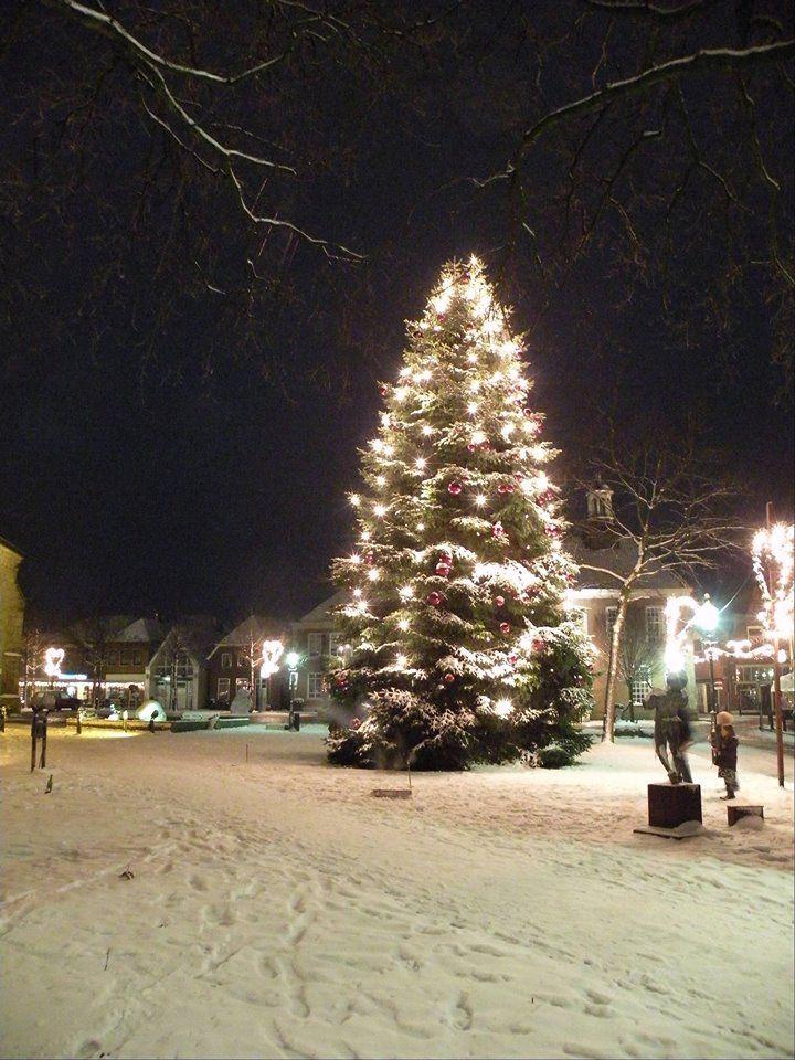 Ieder jaar wordt in Ootmarsum, Denekamp en omstreken natuurlijk ook de Kerstboom opgetuigd.