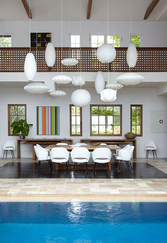 Mi comedor perfecto: sillas de diseño, lamparas blancas, techos altos, barandilla celosia y ¡piscina!