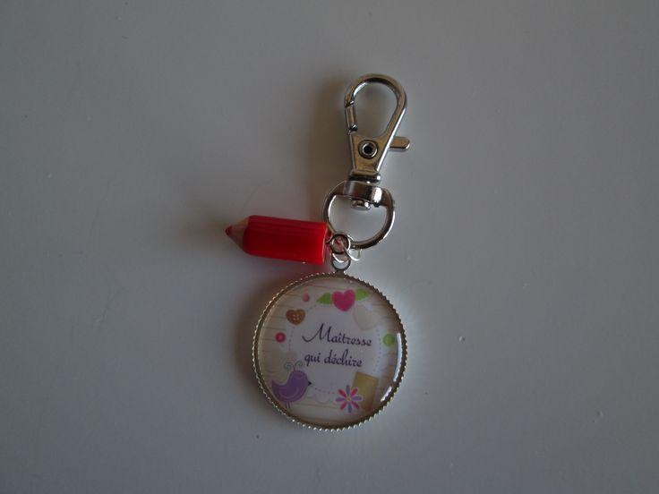 """Porte-clés """"maitresse qui déchire"""" avec crayon rouge en résine. 7.00 euros  A retrouver sur ma page facebook : https://www.facebook.com/Les-Bobinettes-1699438450336617/ Ou sur la boutique a little market : https://www.alittlemarket.com/boutique/les_bobinettes-2737221.html"""