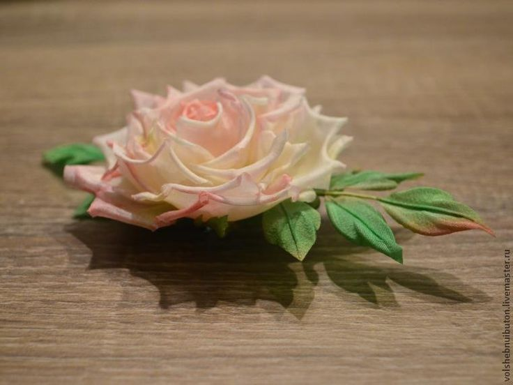 Данный мастер-класс предназначен для совсем начинающих цветоделов и тех, кто только хочет попробовать создавать цветы из шелка, но не знает, какой выбрать попроще для начала. Эта роза самая что ни на есть простая. Для тех, кто уже знаком с изготовлением цветов из шелка, данный мастер-класс будет не интересен, потому что они там не увидят ничего нового, это всего лишь соединение различных приемов…