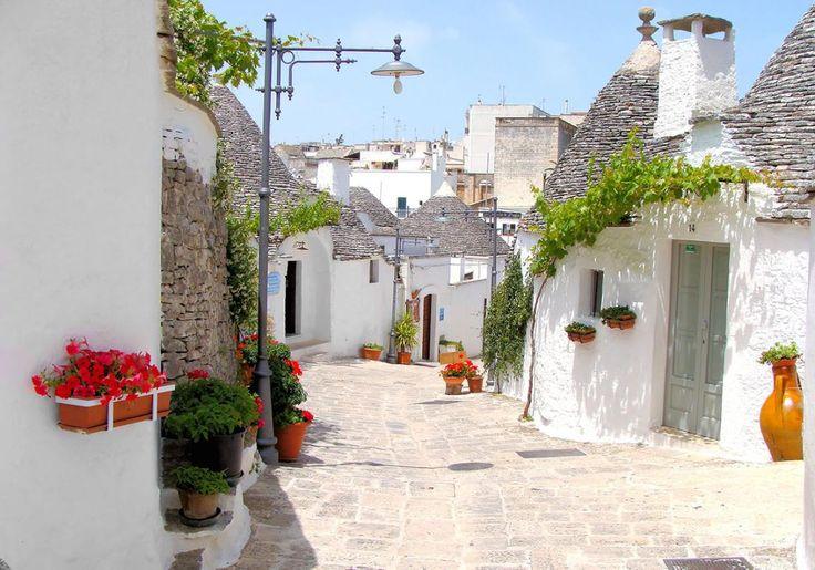 Alberobello er en virkelig smuk, lille by i det sydlige Italien, og den er kendt for sine specielle trulli-huse – der også har gjort, at den gamle bydel er kommet på UNESCOs liste over verdenskulturarv. Trulli-byggestilen med de hvidkalkede huse med kegleformede tage har sin helt egen unikke historie.