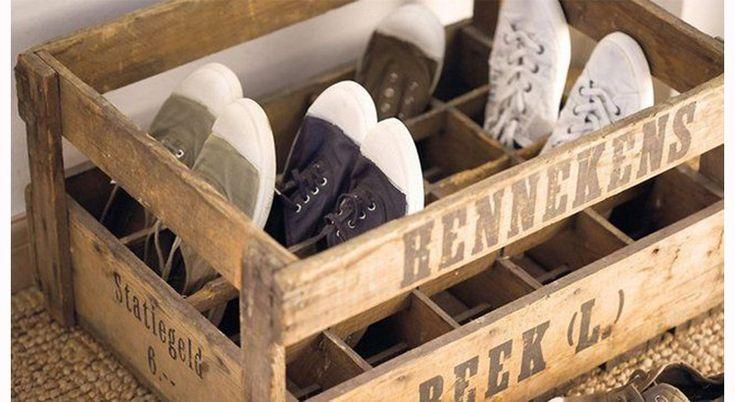 Des caisses anciennes à bouteilles pour ranger les chaussures.