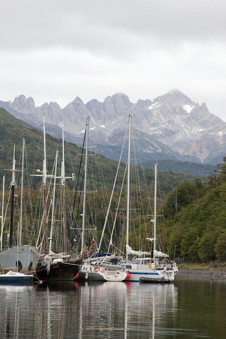 """En la ciudad más austral de Chile, Puerto Williams, se encuentra situado el """"Club de Yates Milcavi"""", Aquí atracan naves provenientes de todas partes del mundo antes de iniciar trayecto por el Cabo de Hornos y la Antártica.   Listos para conocerlo! http://bit.ly/1jq4JkT"""