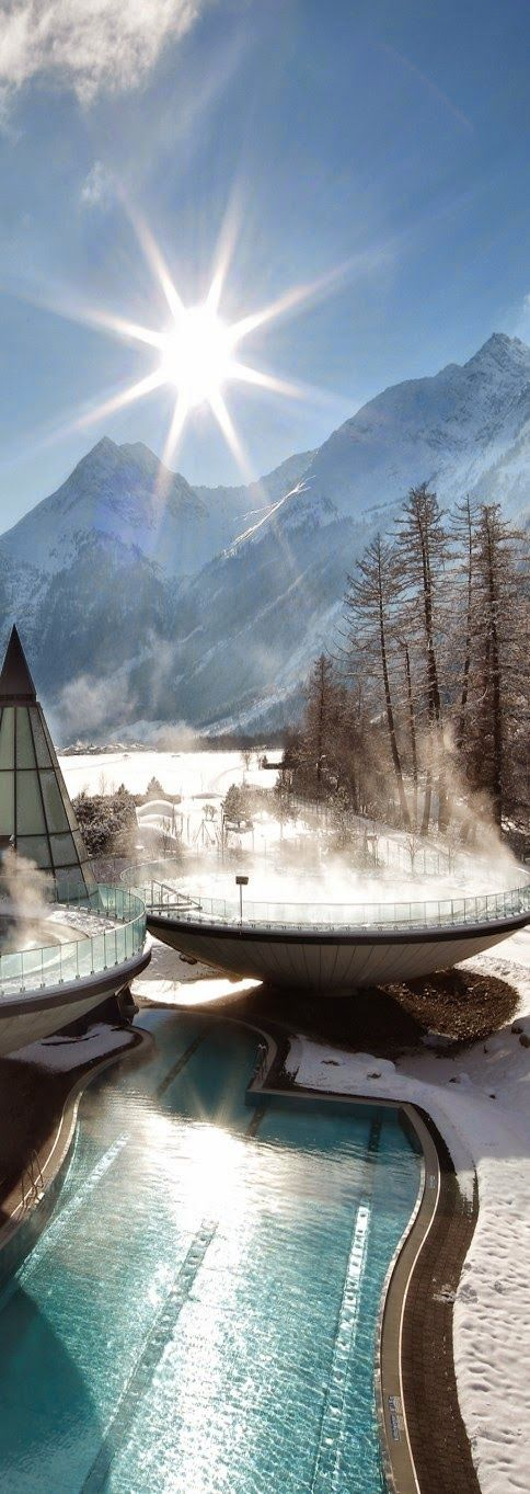 The geothermal spring of Aqua Dome was discovered in the 16th century, it is located in the heart of Tyrol and it has become one of the most romantic spas in Europe since we can enjoy unique experiences like a bath under the moonlight, surrounded by waterfalls mixed with the latest technologies.