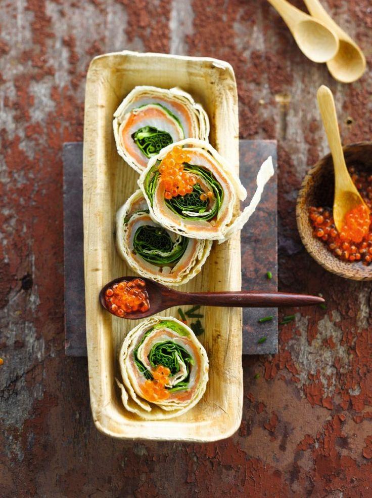 Bereiden: Bestrijk elke tortilla met de mierikswortelcrème. Beleg met sneetjes zalm, heilbot, spinazie en de bieslook. Kruid met peper en rol stevig op. Wikkel in huishoudfolie. Laat 10 min. in de koelkast rusten. Snijd in individuele stukjes en beleg met viseitjes. Serveren: Serveer onmiddellijk of hou koel tot je serveert.